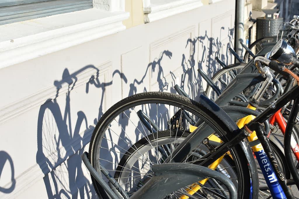 Corona fotografie - Schaduwspel - Fietsen in het fietsenrek