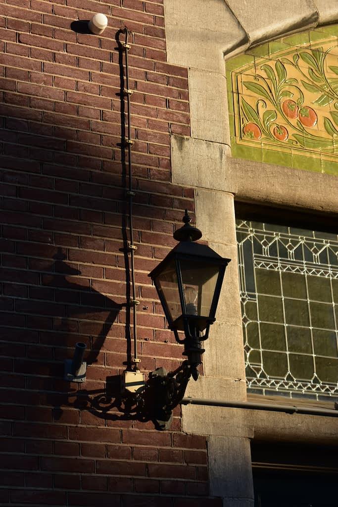 Corona fotografie - Schaduwspel - Lamp aan een gebouw