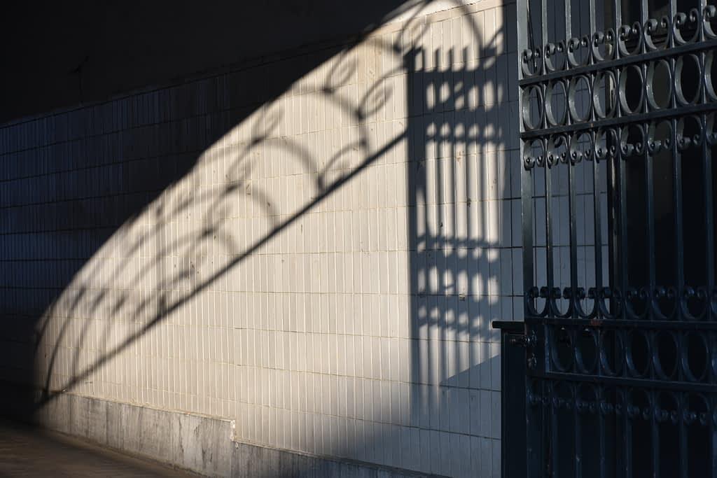 Corona fotografie - Schaduwspel - Hekwerk